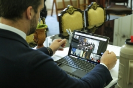 foto do governador no tablet em vídeo conferência com o presidente e outros governadores